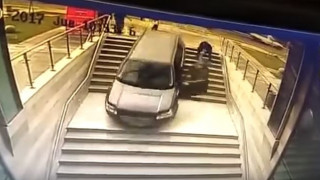 Μπέρδεψε την είσοδο του κτιρίου - Πάρκαρε σε σκαλιά, αλλά ξέχασε το χειρόφρενο (Vid)