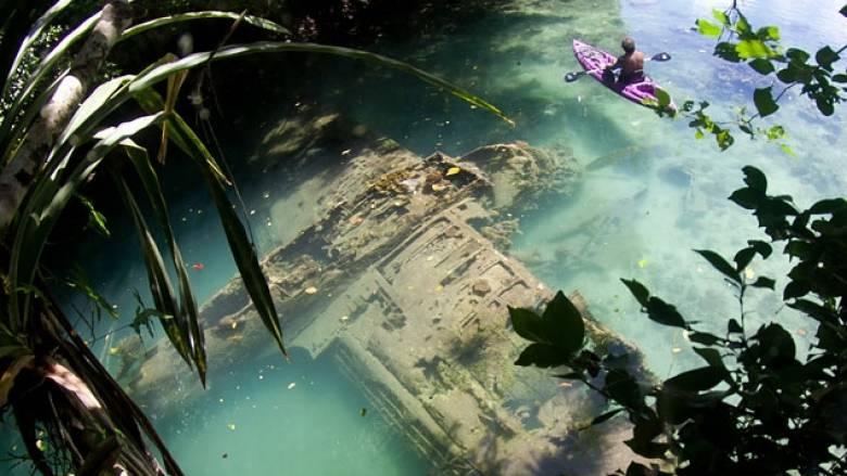 Καγιάκ πάνω από βυθισμένο αεροπλάνο του Β' Παγκοσμίου Πολέμου (pic+vid)