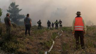 Μάχη με τις φλόγες στον Βαρνάβα - εκκενώνονται στρατόπεδα