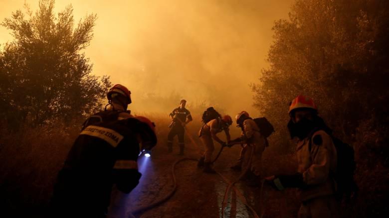 Σε πύρινο κλοιό η ανατολική Αττική-Ολονύχτια μάχη με τις φλόγες