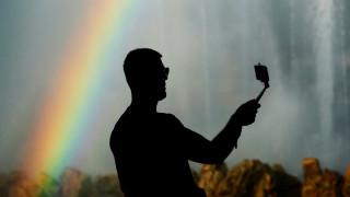 Πώς θα βγάλετε την τέλεια selfie με ένα... κλικ