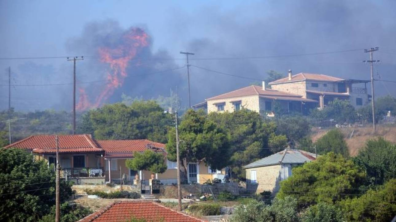 Ζάκυνθος: Οι φλόγες κατευθύνονται προς τα σπίτια στο χωριό Κοιλιωμένος