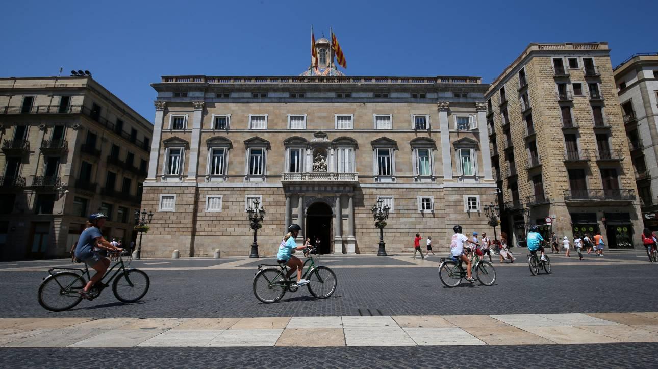 «Κατέβασε» η Airbnb τα παράνομα τουριστικά καταλύματα της Βαρκελώνης
