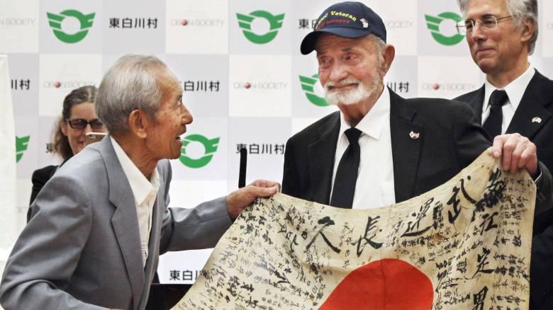 Αμερικανός βετεράνος του Β ΠΠ παρέδωσε την ιαπωνική σημαία στην οικογένεια νεκρού στρατιώτη