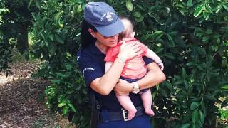 Συγκινεί η αστυνομικός που κρατά και ηρεμεί βρέφος μετά από τροχαίο