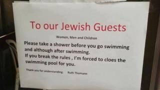 «Ντους πριν την πισίνα»: Η αντισημιτική ανακοίνωση που προκάλεσε οργή