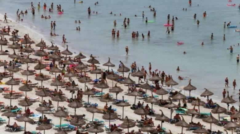 «Όχι τουρίστες στις πολυκατοικίες μας»: Κάτοικοι ευρωπαϊκών θερέτρων είναι κάθε άλλο παρά φιλόξενοι