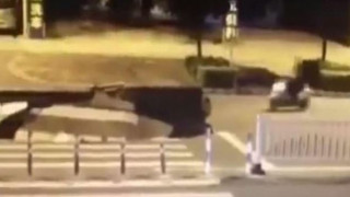 Οδηγός σκούτερ έπεσε μέσα σε καταβόθρα γιατί ήταν απασχολημένος με το κινητό του (vid)