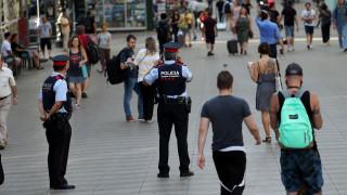 Επίθεση στη Βαρκελώνη: Συγκλονιστικό βίντεο με αστυνομικό να παρηγορεί μωρό