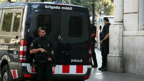 Επιθέσεις στην Ισπανία: Θρίλερ με τον οδηγό του βαν, επεκτείνονται και στη Γαλλία οι έρευνες