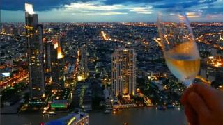 Ένα ουίσκι μπαρ με θέα τον αστικό ορίζοντα της Μπανγκόκ