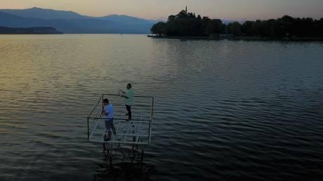 Ξημέρωμα με παραδοσιακές μουσικές στη λίμνη των Ιωαννίνων από ψηλά (Vid)