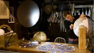 Η τέχνη σε όλο της το μεγαλείο: Έτσι κατασκευάζονται οι υδρόγειες σφαίρες (Vid)