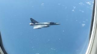 Τρόμος από μαχητικά που πετούσαν δίπλα σε επιβατικό αεροσκάφος (pics)