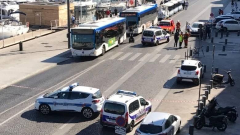 Συναγερμός στη Γαλλία: Αυτοκίνητο έπεσε σε στάσεις λεωφορείων - Νεκρός ένας πεζός