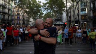 Ένας μουσουλμάνος ξορκίζει τον τρόμο μοιράζοντας αγκαλιές στη Ράμπλα