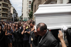 Πλήθος κόσμου στο τελευταίο αντίο στην αγαπημένη Ζωή Λάσκαρη