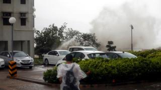 Ο τυφώνας Χάτο «χτυπάει» το Χονγκ Κονγκ προξενώντας τεράστιες καταστροφές (pics&vid)