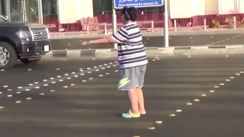 Σαουδική Αραβία: Ελεύθερο το παιδί που χόρευε στη μέση του δρόμου Macarena