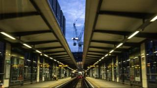 Συναγερμός στο Λονδίνο για φωτιά στη σιδηροδρομική γραμμή των Ντόκλαντς