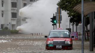 Φονικός τυφώνας έπληξε το Χονγκ Κονγκ – Σε κατάσταση κόκκινου συναγερμού (pics)