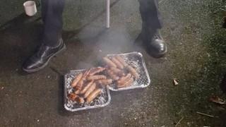 Πυροσβέστες έσωσαν γουρούνια και έξι μήνες αργότερα τα έκαναν λουκάνικα (pic)