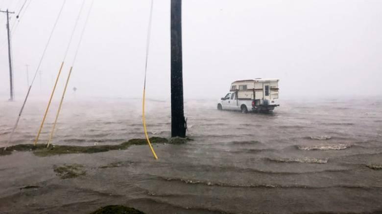 Τυφώνας Χάρβεϊ: Ο Τραμπ κηρύσσει το Τέξας σε κατάσταση φυσικής καταστροφής (pics)