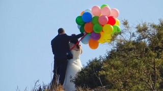Έφτασαν στο γάμο τους με αστικό λεωφορείο - Κατέβηκαν... χορεύοντας (pics)