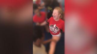 Βίντεο - σοκ: Έφηβη ουρλιάζει από τον πόνο ενώ την εξαναγκάζουν να κάνει σπαγκάτο