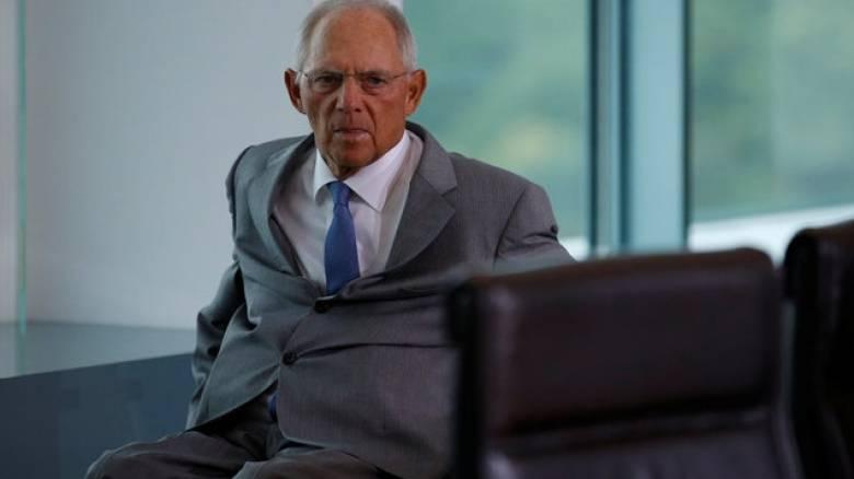 Κλειστά τα χαρτιά του κρατάει ο Σόιμπλε για την παραμονή του στη θέση του ΥΠΟΙΚ