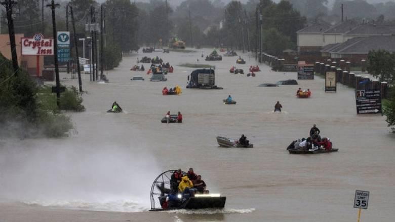 Αυξάνεται η λίστα με τους νεκρούς από τον τυφώνα Χάρβεϊ - Απέραντη «θάλασσα» το Τέξας (pics)