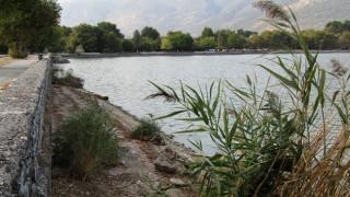 """«Στέρεψε» η λίμνη Ιωαννίνων - Δημιουργήθηκαν... """"παραλίες"""" (pics)"""