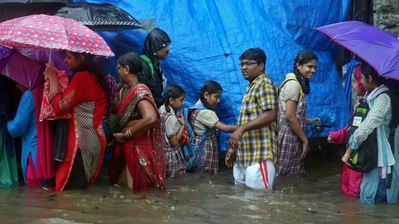 Παρέλυσε η Βομβάη από τις καταρρακτώδεις βροχές (pics)