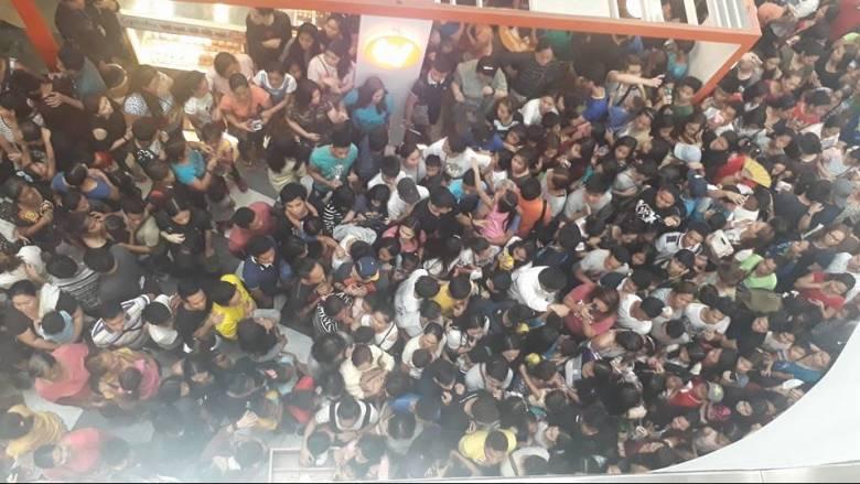 Φιλιππίνες: Ποδοπατήθηκαν για ένα μπέργκερ σε προσφορά (pics&vids)