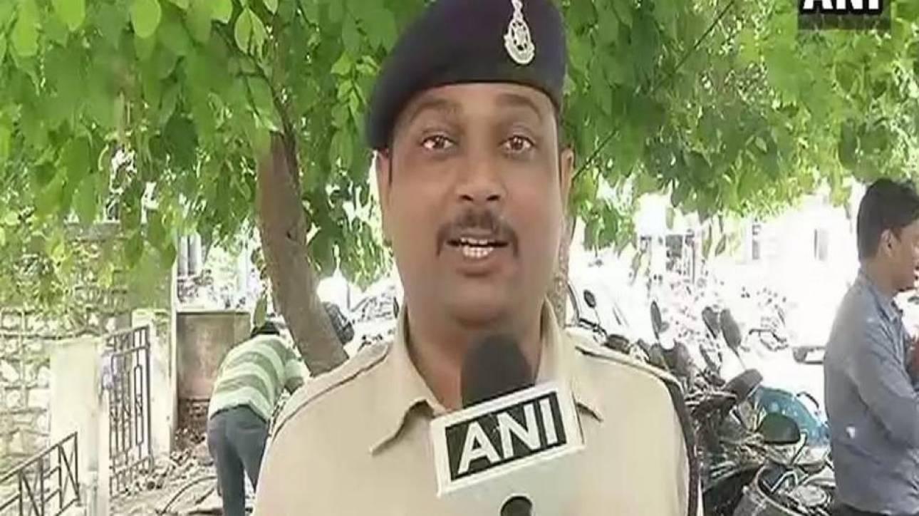 Ινδία: Αστυνομικός - ήρωας απομάκρυνε με γυμνά χέρια βόμβα 10 κιλών για να σώσει 400 μαθητές (vid)