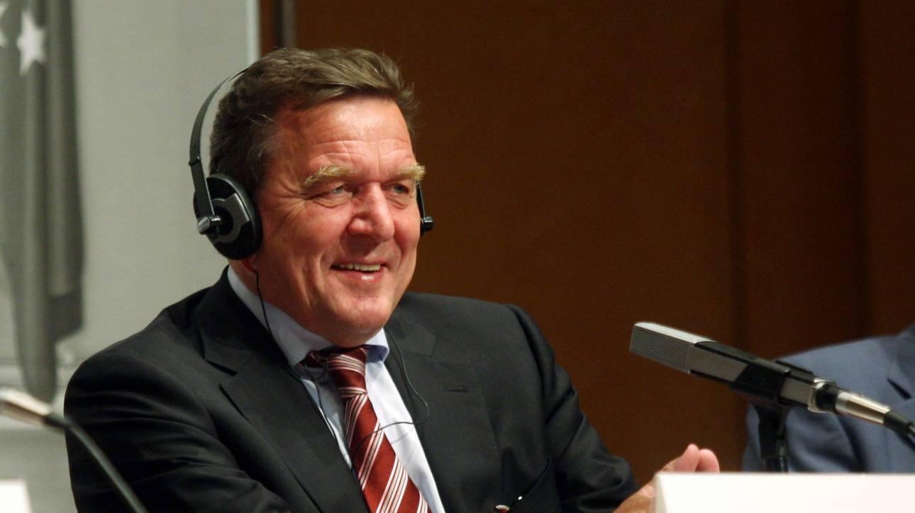 Ο Σρέντερ απαντά στους επικριτές του: Θέλουν να σπρώξουν τη Γεμανία σε «νέο Ψυχρό Πόλεμο»