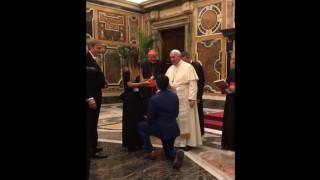 Εξόριστος βουλευτής κάνει πρόταση γάμου μπροστά στον Πάπα Φραγκίσκο (vid)