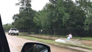 Καν'το όπως στο Τέξας:  Σερφ στους πλημμυρισμένους από τον τυφώνα δρόμους (pic&vid)