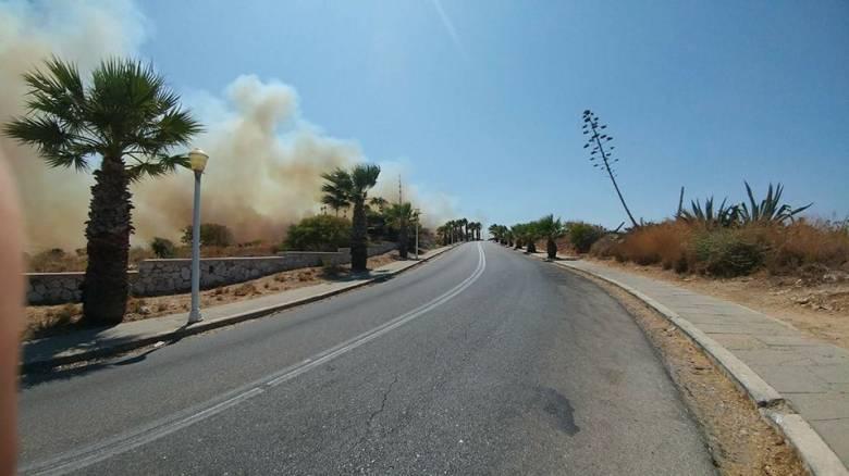 Υπό μερικό έλεγχο η πυρκαγιά στη Ρόδο - Σε επιφυλακή η πυροσβεστική