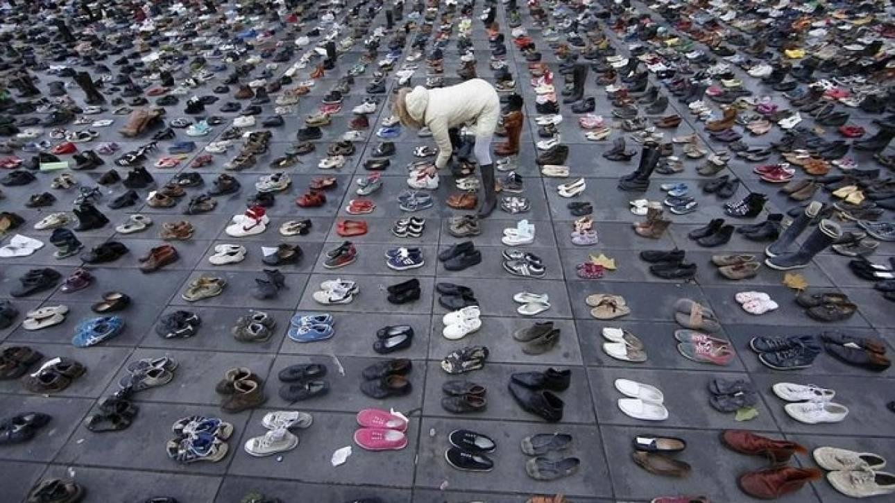 Νέα Ζηλανδία: Γονείς κρατούν τα παπούτσια των παιδιών τους που αυτοκτόνησαν