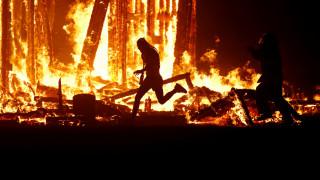 Φεστιβάλ Burning Man: Άνδρας πήδηξε στις φλόγες μπροστά στα μάτια χιλιάδων θεατών (pics)
