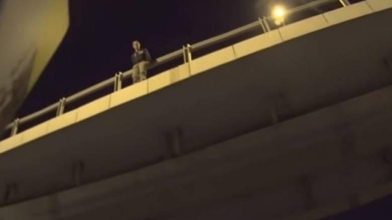Μοτοσικλετιστής απέτρεψε την αυτοκτονία άνδρα από γέφυρα (Vid)