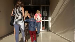 Τι πρέπει να γνωρίζουν οι γονείς για την άδεια σχολικής παρακολούθησης