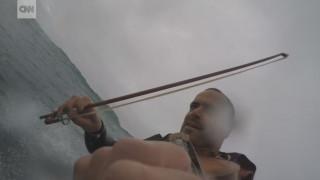 Παίζει βιολί ενώ κάνει σέρφινγκ, ορειβασία, καταδύσεις