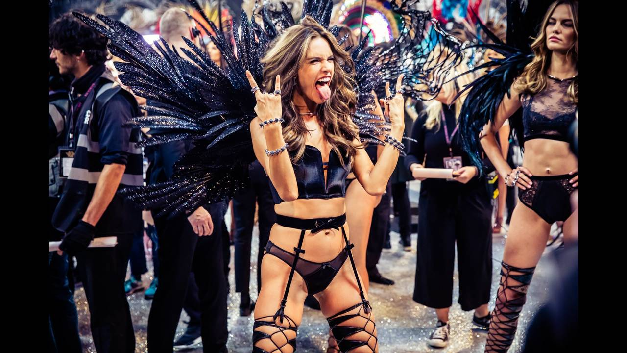 https://cdn.cnngreece.gr/media/news/2017/09/06/96323/photos/snapshot/victorias-secret-fashion-show-2016-ss15.jpg