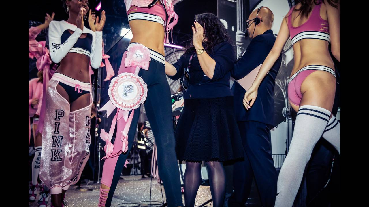 https://cdn.cnngreece.gr/media/news/2017/09/06/96323/photos/snapshot/victorias-secret-fashion-show-2016-ss27.jpg