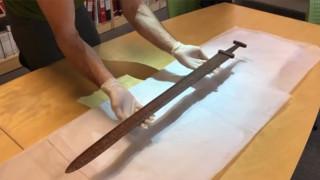Νορβηγός κυνηγός βρήκε σπάνιο σπαθί των Βίκινγκς (Vid)