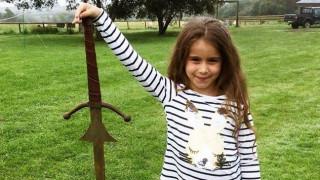 Η «απόγονος» του βασιλιά Αρθούρου: 7χρονη ανέσυρε σπαθί από τη λίμνη που χάθηκε το Εξκάλιμπερ