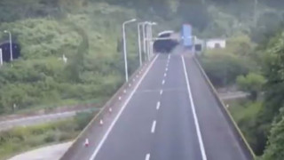 Και όμως ο οδηγός επέζησε: Φορτηγό προσκρούει σε τούνελ (Vid)