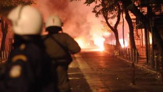 Νέες επιθέσεις με μολότοφ σε διμοιρίες των ΜΑΤ σε Πολυτεχνείο και Εξάρχεια